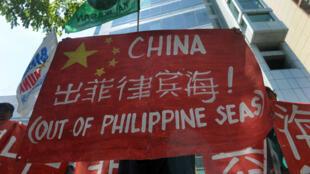 Manifestation d'activistes environnementaux philippins devant les bureaux du consulat chinois à Manille, le 11 mai 2015. Ils veulent que la Chine cesse de construire des îlots artificiels dans le sud de la mer de Chine.