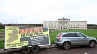 L'organisation anti-Brexit «Border Communities Against Brexit» conduit un nouveau panneau devant le Parlement à Belfast, le 31 janvier 2020.