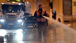 Un agent désinfecte les rues de Sarajevo pendant la période de confinement, le 4 avril 2020.