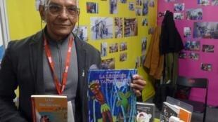El autor de literatura juvenil e infantil Joel Franz Rosell en el Salon du livre jeunesse de Montreuil, noviembre de 2017.