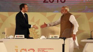 O Presidente francês Emmanuel Macron (à esquerda) e o primeiro-ministro indiano, Narendra Modi (à direita).