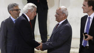 Palestinian negotiator Saeb Erakat (2nd R) with French envoyé spécial fPierre Vimont (2nf L) in Ramallah on 7 November 2016