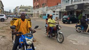 Des zemidjan, les conducteurs de taxi-moto (photo) dans une rue de Cotonou.