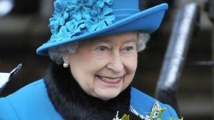A rainha Elizabeth II recebe flores em frente à igreja de St. Mary, depois da cerimônia de Natal, em Norfolk.