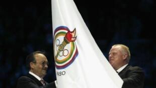El alcalde de Toronto, Rob Ford, recibe la bandera de los Panamericanos en la ceremonia de clausura de los Juegos
