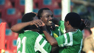 Le Camerounais Roger Milla (au centre) lors de la Coupe du monde 1990.