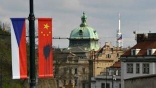 布拉格街頭被塗污的中國國旗