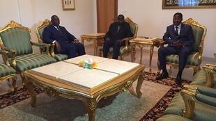 Michel Kafando (no centro), rodeado pelos presidentes  Macky Sall e Boni Yayi, este sábado 19 setembre 2015.