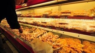 中国超市的冷冻鸡肉柜台 Des ailes de poulet congélés en vrac sont en libre service dans un supermarché de Pékin, en Chine. (image d'illustration)