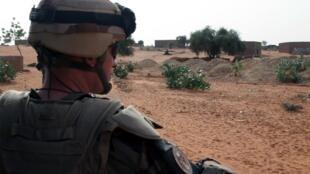 Des troupes françaises de l'opération Serval patrouillent à Gao, le 16 octobre 2013.