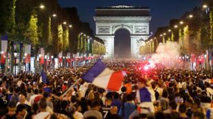 Hàng nghìn người đổ về đại lộ Champs - Elysées ăn mừng chiến thắng đội tuyển Pháp ở bán kết World Cup, đêm 10/07/2018.