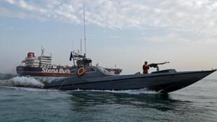 Một tàu của Vệ Binh Cách Mạng Iran sát tàu dầu Anh Stena Impero, ở cảng Bandar Abbas ngày 21/07/2019.