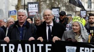 Le rédacteur en chef de WikiLeaks Kristinn Hrafnsonn, le père de Julian Assange, John Shipton, et la créatrice de mode Vivienne Westwood, lors de la manifestation londonienne, le 22 février 2020.