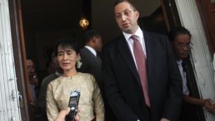 Đặc sứ Mỹ Derek Mitchell (phải) cùng với lãnh đạo đối lập Aung San Suu Kyi