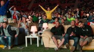 Torcedores levaram sofás para estádio em Berlim para assistirem jogos da Copa do Mundo.