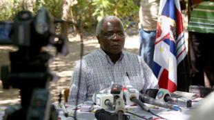 Afonso Dhlakama, líder da Renamo, em conferência de imprensa no seu refúgio na Serra Gorogonsa.