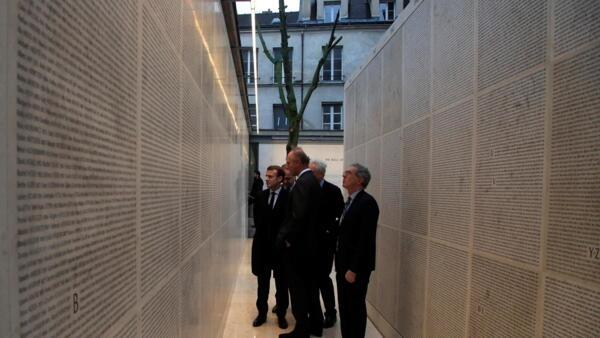 Президент Франции Эмманюэль Макрон на церемонии открытия «Стены имен» в парижском Мемориале Холокоста, 27 января 2020 года.