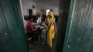 Mulher vota em seção eleitoral de Amka, na periferia de Nova Délhi. 1à de abril de 2014.