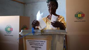 A eleição é histórica, já que a maioria do eleitorado nunca participou de um pleito sem a presença de Mugabe.