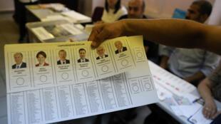 Phiếu bầu tổng thống Thổ Nhĩ Kỳ ngày 24/06/2018, với ảnh của 6 ứng cử viên.