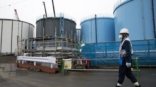 Un employé de la firme Tepco devant des lieux de stockage d'eaux contaminées à Fukushima, le 23 février 2017.