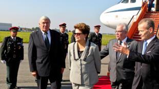 A presidenta Dilma Rousseff é recebida em Bruxelas pelo primeiro-ministro belga Yves Leterme (à direita).