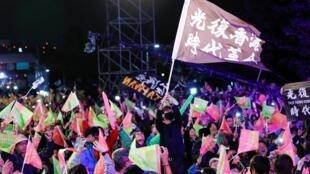 台灣民眾慶祝蔡英文連任成功資料圖片