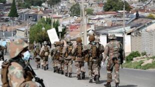 Une patrouille de soldats sud-africains dans le township d'Alexandra le 28 mars 2020 en plein confinement.