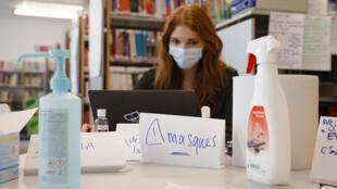 Una mujer con cubrebocas en el campus de un hospital parisino, el 30 de marzo de 2020.