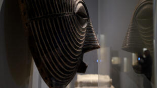 Masque Kifwebe Luba (avant 1912) dans l'exposition «La Lune» au Grand Palais. Luba orientaux (RDC). Tervuren, Musée royal de l'Afrique centrale.