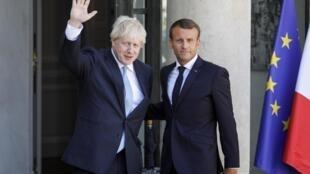 នាយករដ្ឋមន្រ្តីអង់គ្លេសលោក Boris Johnson (រូបឆ្វេង) និងប្រមុខរដ្ឋបារាំងលោកម៉ាក្រុង ថ្ងៃទី២២ សីហា ២០១៩