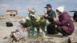 Tsutoshi Yoshida et sa femme Seiko prient pour leur fille Miki, tuée le 11 mars 2011 à Namie, dans la province de Fukushima.