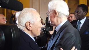Mário Soares abraça o antigo Primeiro-ministro francês, Lionel Jospin, quando recebeu a principal medalha da cidade de Paris, em Novembro de 2013