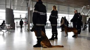 Forças de segurança patrulham o aeroporto internacional Roissy Charles-de-Gaulle, em 23 de março de 2016.