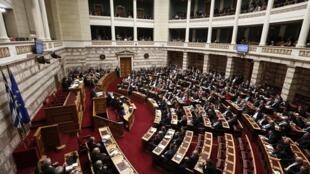 Parlamento grego deve aprovar voto  de confiança  ao novo governo de extrema-esquerda nesta terça-feira (10/02)..