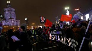Des manifestants pro-avortement défilent à Varsovie en janvier 2018.