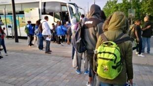 Les migrants montent dans les bus qui vont les conduire dans la vingtaine de centres d'accueil réquisitionnés pour leur «mise à l'abri», le mercredi 30 mai 2018.