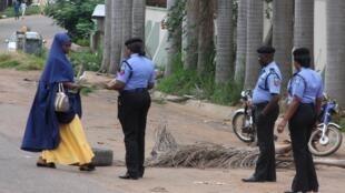 Une jeune femme est contrôlée par les policiers nigérians aux abords du Tribunal de l'État de Kaduna ce lundi 29 juillet 2019.