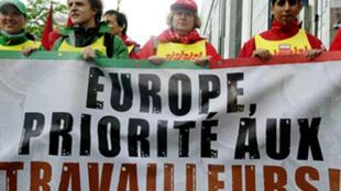 Manifestantes franceses pedem prioridade aos trabalhadores.