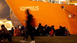 O navio Aquarius da ONG SOS Mediterrâneo resgatou os imigrantes em diversas operações na madrugada deste domingo (10).
