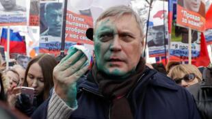 Cựu thủ tướng Mikhaïl Kasyanov, một gương mặt đối lập của Nga, bị một kẻ lạ mặt xịt một loại chất lỏng mầu xanh trong cuộc tuần hành tưởng nhớ nhà đối lập Boris Nemtsov, Matxcơva, ngày 26/02/2017.