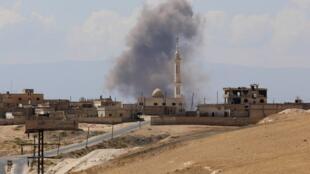 De la fumée s'élève autour de la ville de Khan Sheikhoun, à la frontière sud de la province d'Idleb, après des bombardements le 8 septembre 2018.
