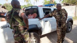 Une patrouille de police emmène un homme suspecté d'avoir participé aux lynchages, sur l'île de Nosy Be, le 6 octobre 2013.