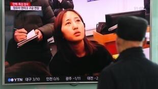 Người dân xem phóng sự về vụ bắt giữ Chung Yoo-Ra. Ảnh chụp tại một ga tàu điện ở Seoul, ngày 03/01/2017.