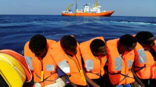 Migrantes a bordo do navio Aquarius após terem sido resgatados em águas internacionais entre a Líbia e a Europa.