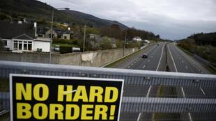 L'accord de retrait de l'Union européenne, conclu en novembre entre Londres et Bruxelles, prévoit un dispositif baptisé «filet de sécurité» censé éviter le retour d'une frontière physique entre les deux Irlande.