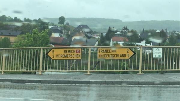 C'est pour sa position géographique, à cheval sur la France, l'Allemagne et le Benelux, que le village a été choisi pour les accords.