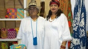Fanny Iguarán y su mamá Lucía, quien le enseñó a tejer mochilas.