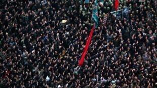 无数伊朗人周六在德黑兰哭悼伊朗革命卫队将军卡西姆-苏莱曼尼