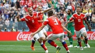 Yury Gazinsky celebra el primer gol de Rusia en su debut ante Arabia Saudi en el Mundial de Rusia 2018.